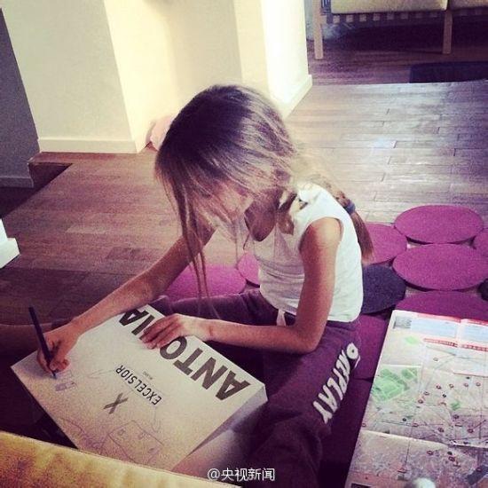 俄罗斯少女人体艺术摄影图片欣赏_天使面庞 俄罗斯9岁美少女成国际超模