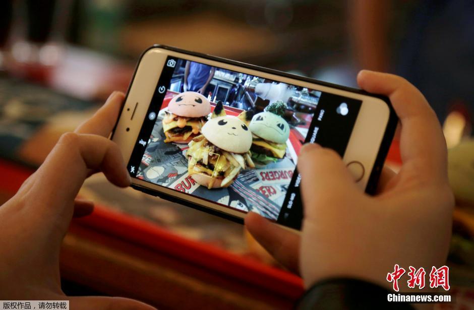 """<p>  当地时间2016年8月26日,澳大利亚悉尼一家餐厅以时下人气正高的""""口袋妖怪""""为形象制作汉堡,受到了热捧。</p>"""