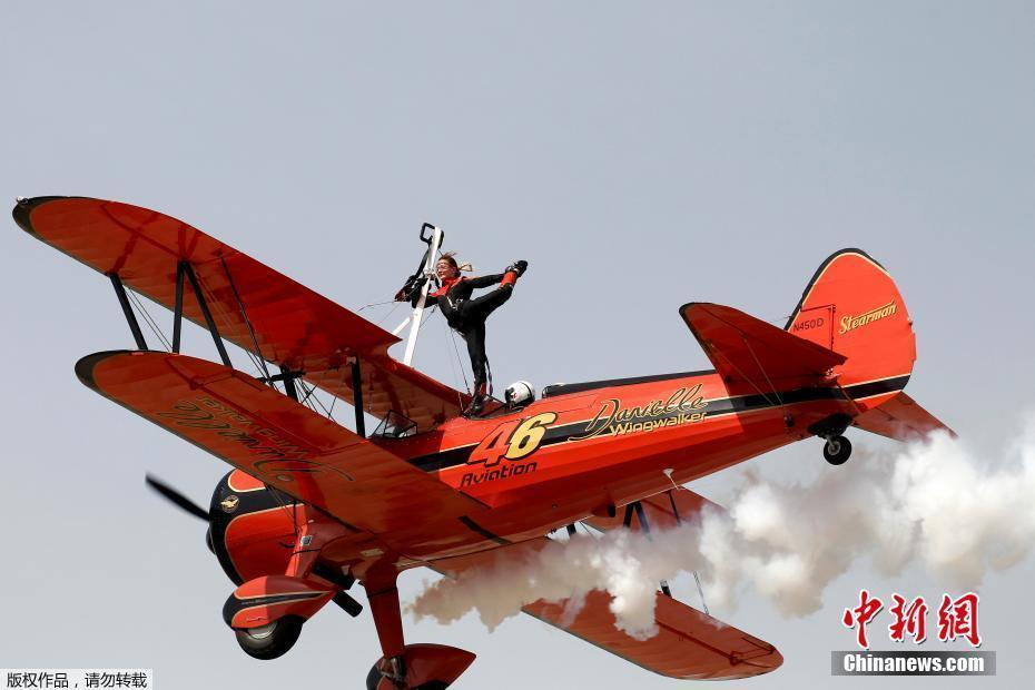 """<p>  当地时间2016年9月18日,希腊雅典,当地举行""""雅典飞行周""""航展,牛人高空飞机上耍特技。</p>"""