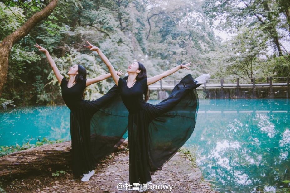 """<p>不久前,由浙江大学公众微信号推送的一篇题为《浙大学霸双胞胎火了!颜值高,大长腿,还有一身好功夫!》的文章,在浙大学子的朋友圈刷足了存在感。文中的艺术体操专业运动员出身的双胞胎姐妹花杜雪琪、赵冰晶瞬间成了""""网红"""",短短几天内,这对漂亮的姐妹花就收获了不少电视台各类节目递出的邀请函,连她们自己都深觉意外。近日,这对姐妹花一起拍摄了一组小清新写真,颜美腿长气质出众。图片来源:杜雪琪认证微博</p>"""