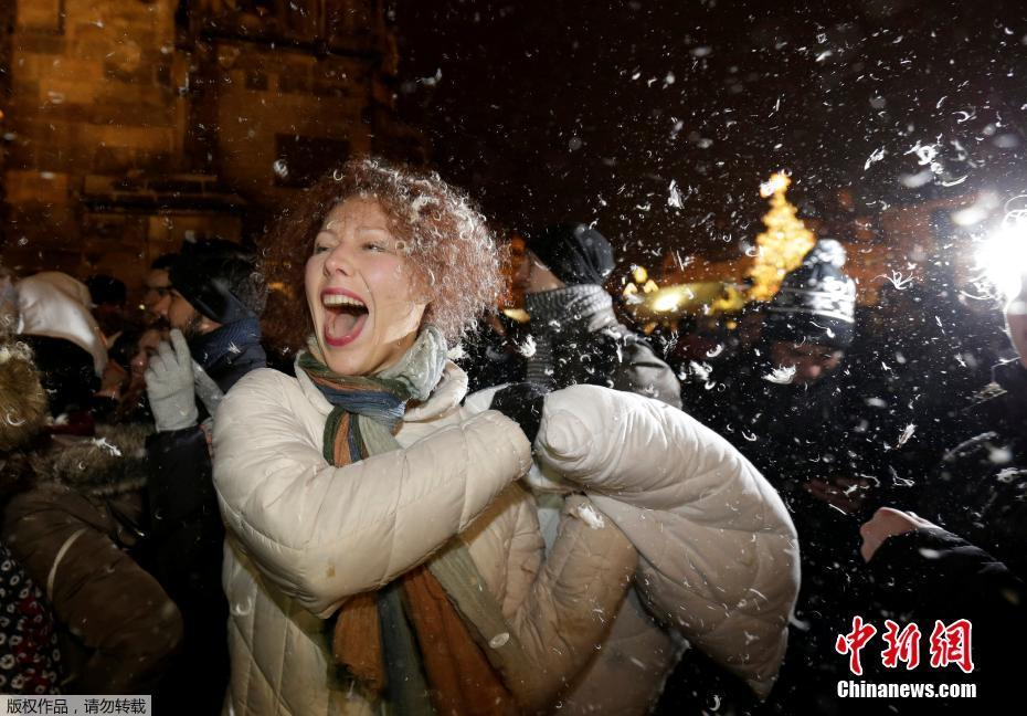 <p>当地时间12月22日,捷克布拉格老城广场举行枕头大战,吸引数十名捷克年轻人和外国游客参与。</p>