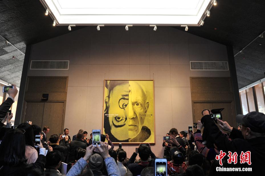 """<p>  1月22日,""""萨尔瓦多·达利与巴勃罗·毕加索联合大展""""在昆明西山艾维美术馆展出,吸引了许多民众前来参观。据了解,本次展览作品来自俄罗斯的收藏家亚历山大·沙德林的私人收藏,展出了集版画、雕塑、瓷器在内的毕加索与达利的原版作品共计200余件。图为民众在展览馆前拍照。中新社记者  任东 摄</p>"""
