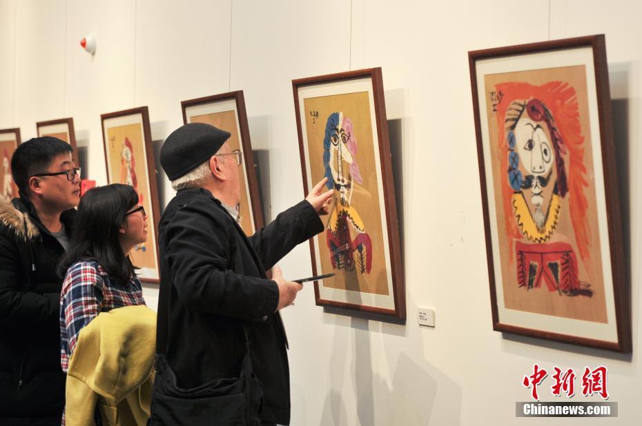 """<p>  1月22日,""""萨尔瓦多·达利与巴勃罗·毕加索联合大展""""在昆明西山艾维美术馆展出,吸引了许多民众前来参观。据了解,本次展览作品来自俄罗斯的收藏家亚历山大·沙德林的私人收藏,展出了集版画、雕塑、瓷器在内的毕加索与达利的原版作品共计200余件。图为展出的毕加索艺术作品。中新社记者  任东 摄</p>"""