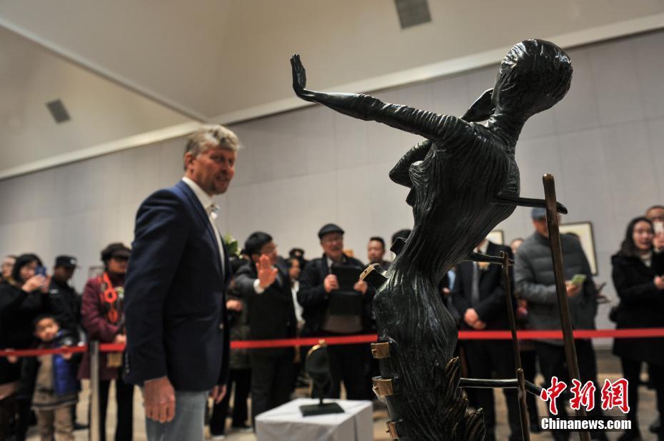 """<p>  1月22日,""""萨尔瓦多·达利与巴勃罗·毕加索联合大展""""在昆明西山艾维美术馆展出,吸引了许多民众前来参观。据了解,本次展览作品来自俄罗斯的收藏家亚历山大·沙德林的私人收藏,展出了集版画、雕塑、瓷器在内的毕加索与达利的原版作品共计200余件。图为展出的达利艺术作品。中新社记者  任东 摄</p>"""