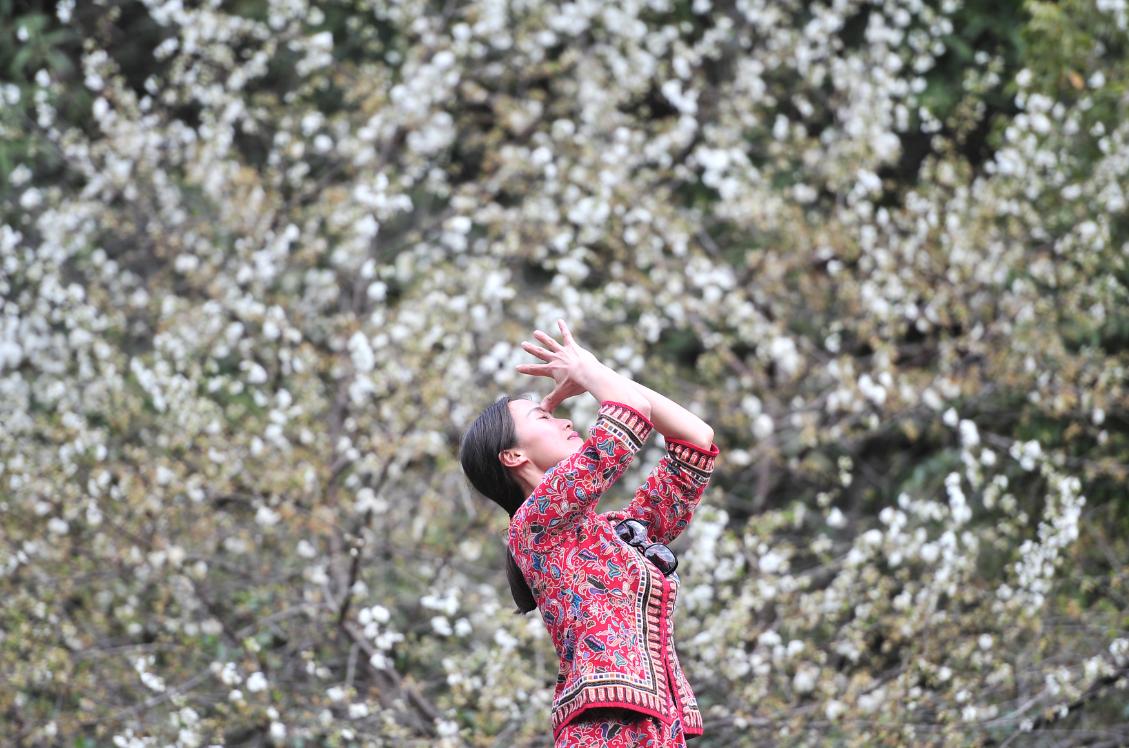 """<p>  3月27日~28日,一场名为""""网红驾到""""的活动在云南腾冲举行,来自国内的众多网红身着比基尼、特色服饰深入腾冲云峰山森林,直播、拍个性短视频和照片发到微博等社交平台,与粉丝互动,宣传腾冲旅游风光。据主办方网星梦工厂提供的数据显示,此次活动线上微博话题阅读量总计超过3亿,讨论量超过15万。</p>"""