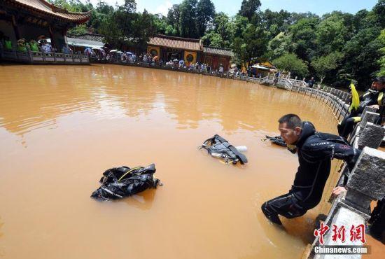 """昆明黑龙潭公园""""蛙人""""出动排水患"""