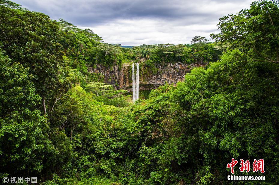 <p>2014年12月1日,毛里求斯,岛上的瀑布。图片来源:视觉中国</p>