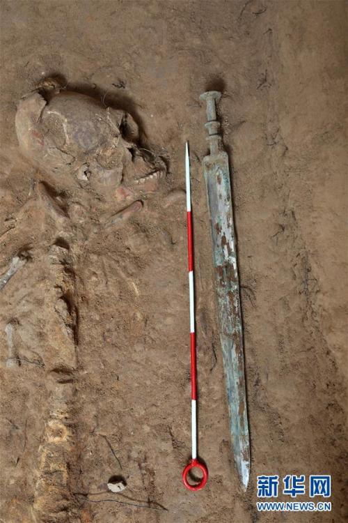 <p>西咸新区空港新城岩村秦人墓葬发掘中发现的铜剑(资料照片)。图片来源:新华网</p>