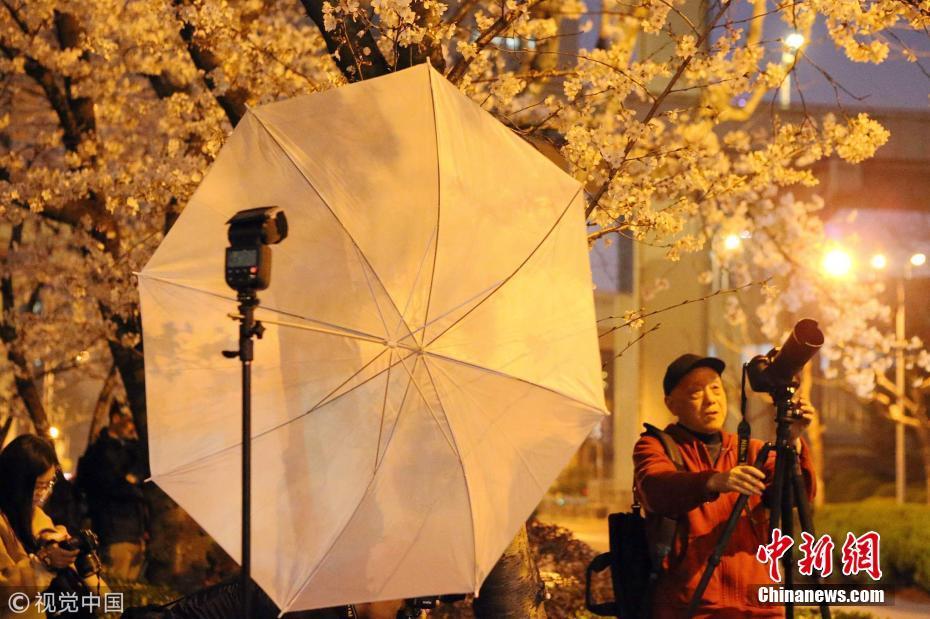 <p>上海市民拿出专业设备,来到网红公交站拍摄。 图片来源:视觉中国</p>