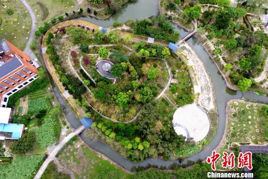 <p>位于校园里的时珍园是以药用植物为主的植物园,占地面积100亩,融合教学、科研、科普、中药文化、休闲于一体。 王东明 摄</p>