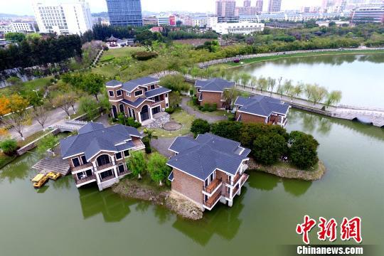 <p>位于湖边的名师苑。 王东明 摄</p>