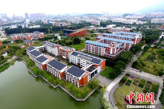 <p>红色建筑为主的教学楼。 王东明 摄</p>