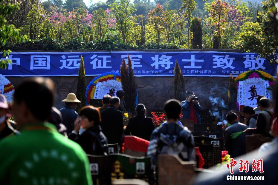 "<p>3月24日,""万朵菊花献英烈""公祭活动在昆明的金陵陵园举行,抗战老兵、云南老兵关怀办的志愿者、抗战老兵亲属后代、学生等共300多民众参加了公祭活动。 中新社记者 李进红 摄</p>"