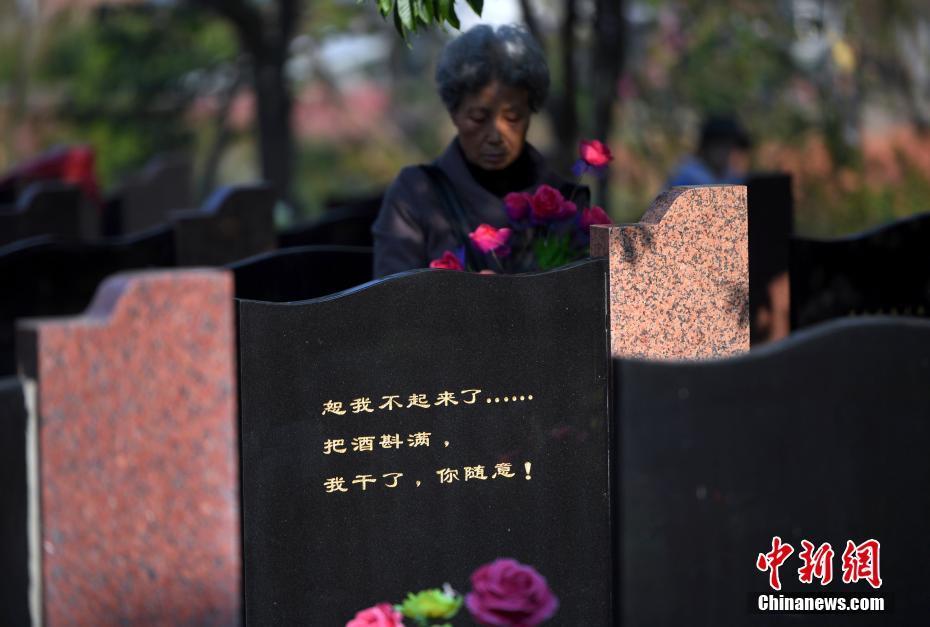<p>一位市民在远征军墓碑前缅怀先烈。 中新社记者 李进红 摄</p>