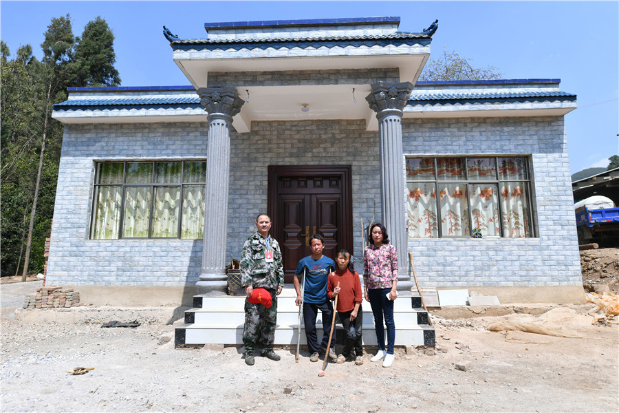 <p>在扶贫队员的帮助下,村民盖起了新房。</p>