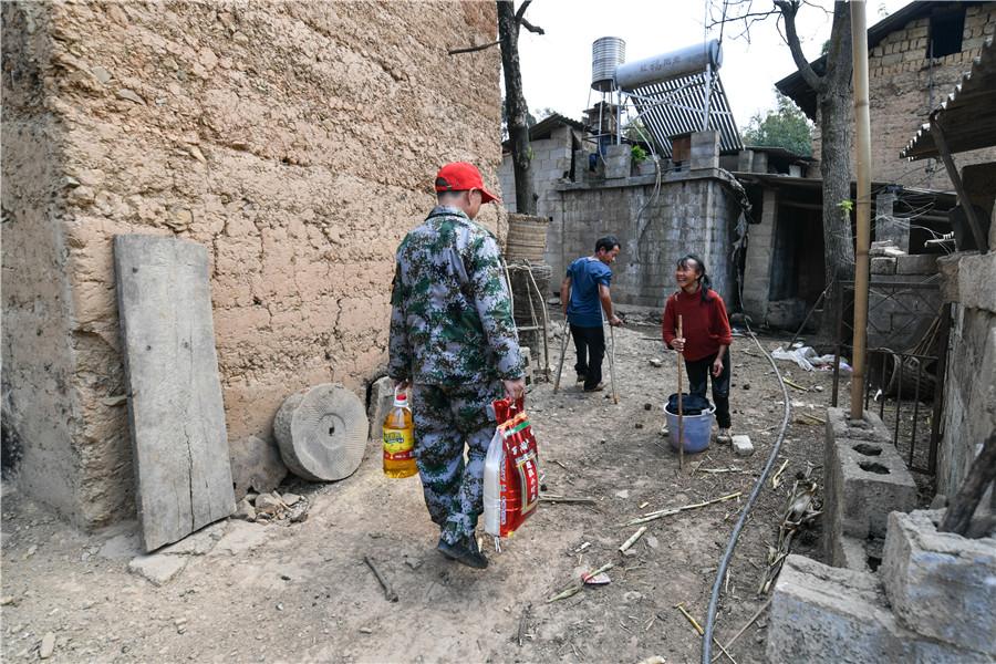 <p>朱文荣带着粮油看望扶贫对象。</p>