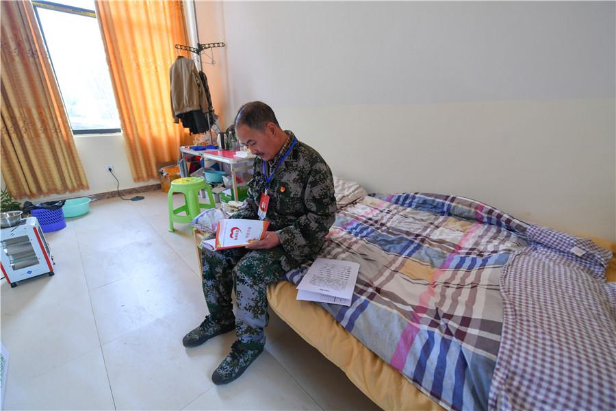 <p>朱文荣扶贫驻点的江格村,这个不足10平米的宿舍是他日常居住的地方。</p>