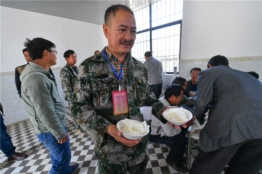 <p>朱文荣与当地村干部一同午餐。</p>
