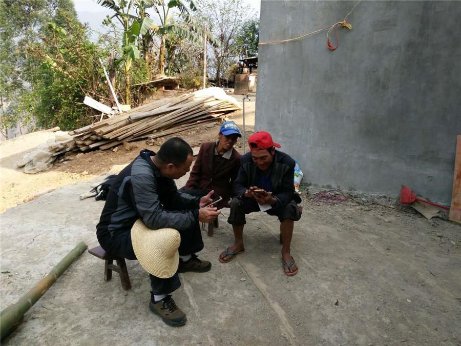 <p>中国移动云南公司玉溪分公司扶贫队员辛光文徒步走访扶贫助学对象安庞文强的父亲庞德安。</p>