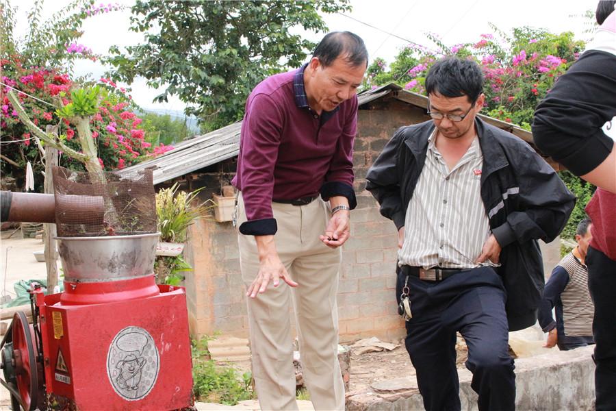<p>带领扶贫村人员参观咖啡厂。</p>