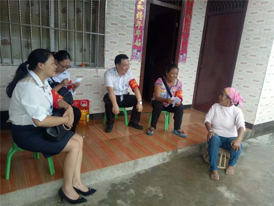 <p>扶贫工作队为贫困挂钩户送去春节问候。</p>