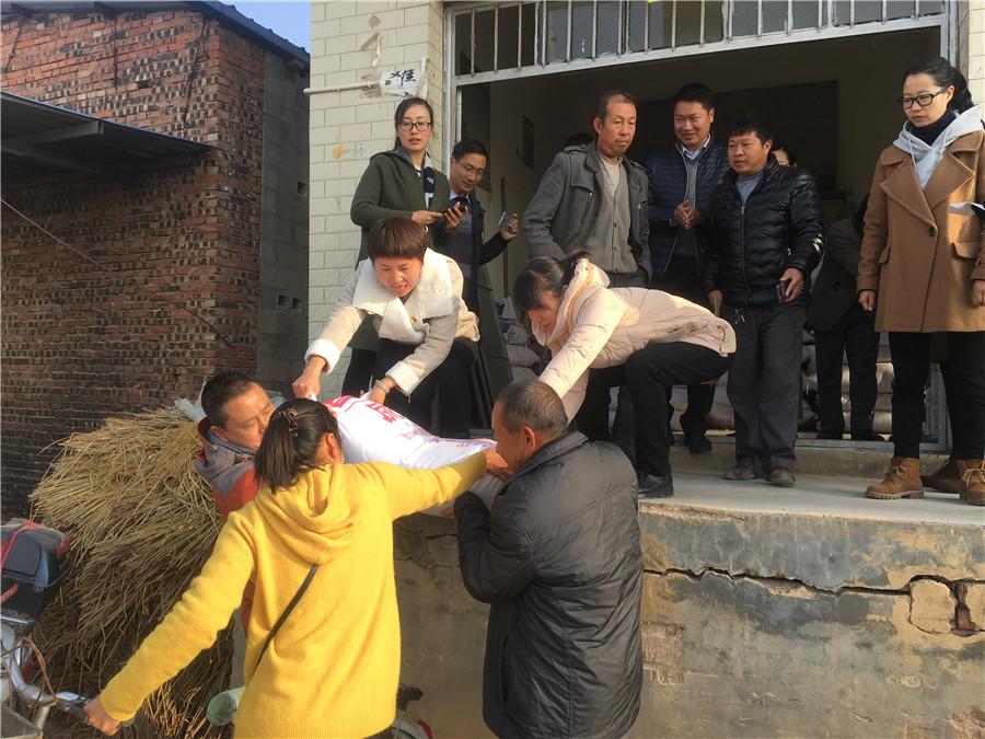 <p>中国移动云南公司陆良分公司驻村工作队员向贫困户捐赠化肥。</p>