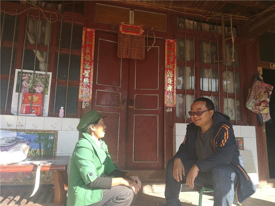 <p>驻村工作队员朱源清入户调查收入。</p>