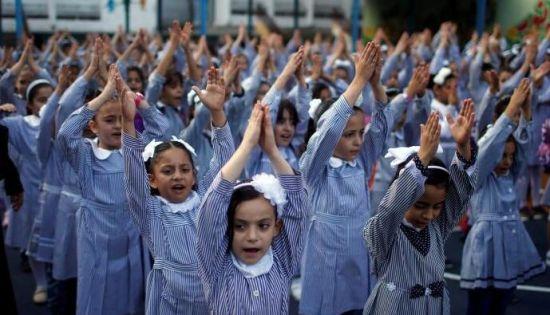 巴勒斯坦女学生返校上课 集体参加新学年晨练