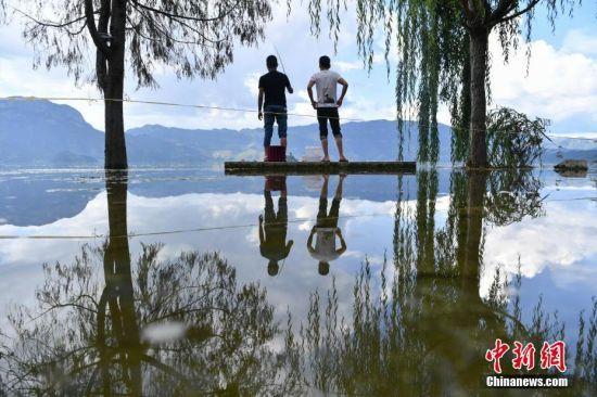 """泸沽湖水位上涨 现""""水天一色""""景观"""