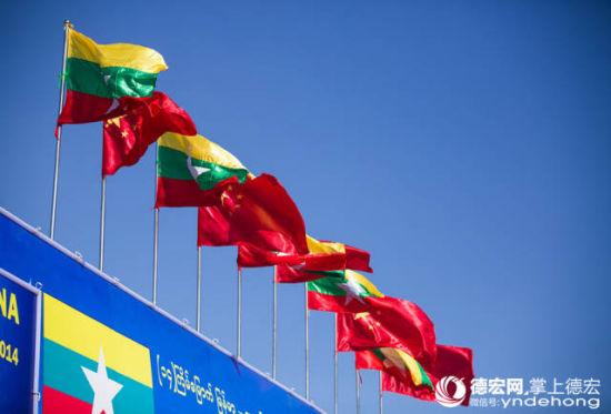 手持中国国旗的缅甸学生