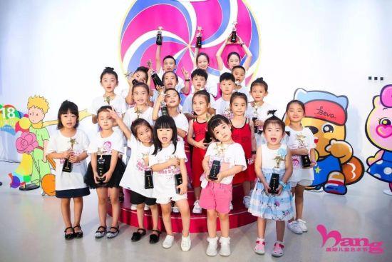 """中国儿童""""风采模特大赛小选手合影"""
