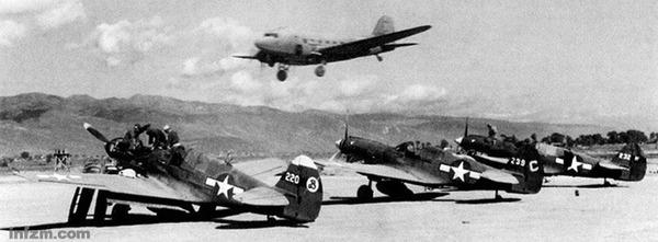 二战时期为了支持中国的抗战,祥云县共修建两个机场,云南驿机场和北屯机场。云南驿机场东北面北屯机场的空运总队的护航战斗机,美国第十四航空队第25战斗机中队。 (郭希柱供图/图)   编者按:为了帮助中国的抗战,美国组建援华美国航空志愿队。1941年8月1日,中国空军美国志愿队成立,陈纳德任大队长。同年12月20日,美国志愿队首次与来犯云南昆明的日机作战,大获全胜,从此云南老百姓把这群驾驶画有鲨鱼嘴的美国战机飞行员美称为:飞虎队。美国志愿队下辖三个中队,第一中队夏娃和亚当,第二中队熊猫,第三中