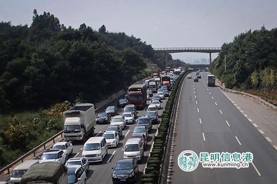 每年国庆节,各大高速路堵车现象严重 首席记者张玉杰/摄