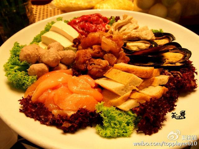 海鲜拼盘包括各种虾,蟹,贝类还有鱼.