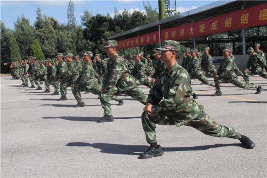 加油小毅,小毅还有最后300米,小毅棒棒哒   近日,在武警云南省森林总队新兵团的训练场上,四川籍新战士邹毅在战友们鼓舞和阵阵欢呼声中,最后一个越过了五公里终点线。考官宣布此次五公里考核全部通过时,现场响起了热烈的掌声和阵阵欢呼声。   该团一连指导员王瀚樟说,邹毅是家里的独子,家里经济条件较好,从小没有吃过苦受过累。刚到部队时连自己的生活都不能自理,不会洗衣、袜子穿脏就扔。像他这样的新战士有很多,到队后,一开始总是思想意志不坚定,体能素质跟不上,有各种借口和理由拖集体的后腿。为此,这个新兵