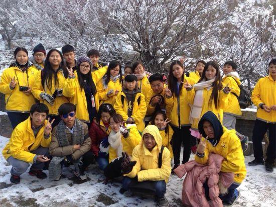 12月29日,曼德勒新世纪43名华裔学子,圆满结束青岛、哈尔滨两地侨办举办的中国寻根之旅冬令营,带着祖籍国侨办和举办单位的深情厚谊,满载而归,平安返校。   12月15日,应国侨办的邀请,缅甸曼德勒新世纪国际高级学校24名师生赴青岛,19名师生赴哈尔滨,参加了2015年海外华裔青少年中国寻根之旅冬令营活动。29日,圆满结束为期15天的冬令营活动,营员平安返校。   参加青岛营的营员高兴地告诉记者:他们受到青岛市侨办和青岛华文科技专修学院的热情接待和关怀,青岛是侨办主任尹明琴、副主任李作瑞、市人大民侨